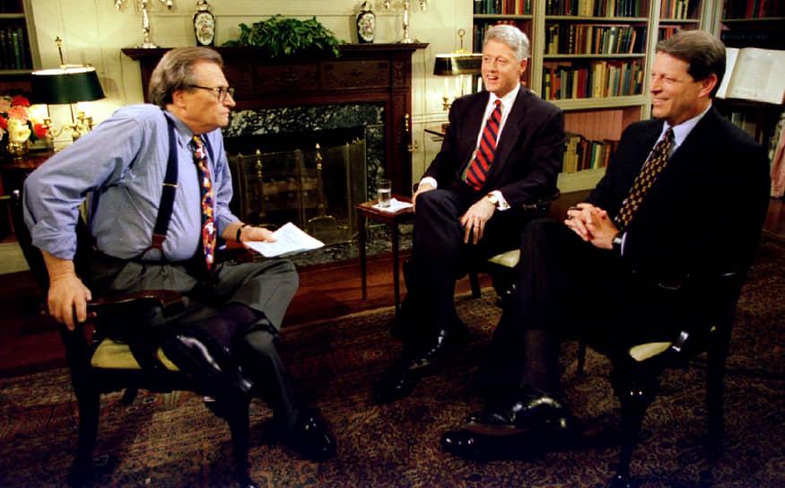 «Меня всегда безумно интересовало устройство государства и вообще все, что оказывает влияние на общество» <br> На фото: Ларри Кинг беседует с 42-м президентом Биллом Клинтоном и вице-президентом Альбертом Гором