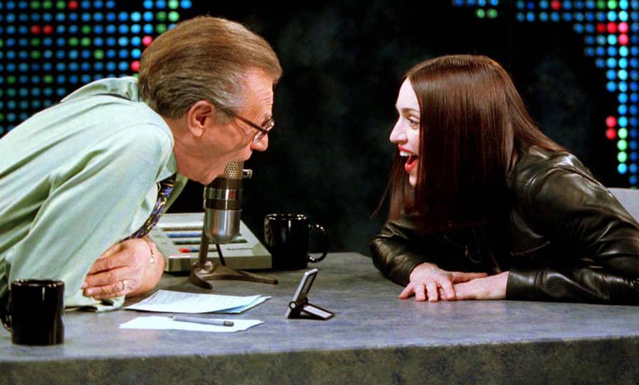Лишь в 1978 году его вновь пригласили на радиостанцию, вскоре он открыл собственное ночное шоу, которое заметил бизнесмен Тед Тернер, предложивший ему вести свою передачу на только что созданном канале —  Cable News Network (СNN) <br> На фото: Ларри Кинг и Мадонна