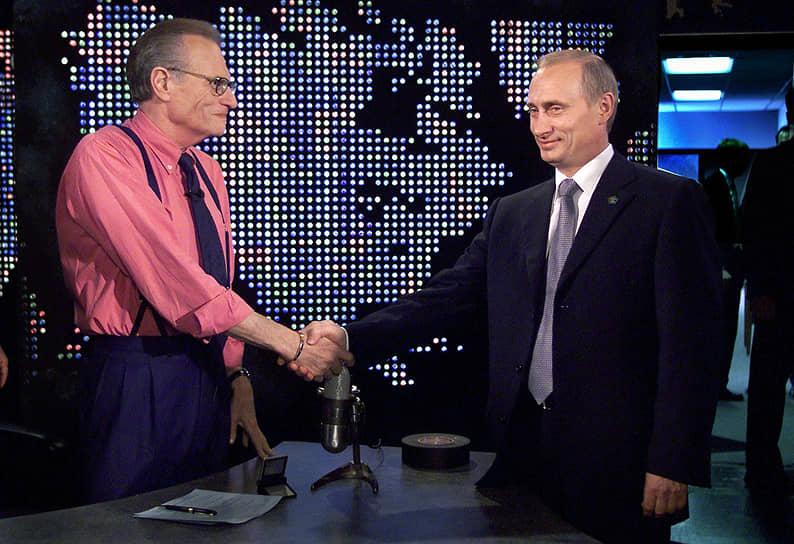 В 2000 году гостем программы Ларри Кинга стал российский президент Владимир Путин. На вопрос телеведущего о том, что случилось с российской подлодкой «Курск», президент ответил: «Она утонула». Всего Владимир Путин был на программе Кинга дважды — в статусе президента и премьер-министра (в 2010 году)