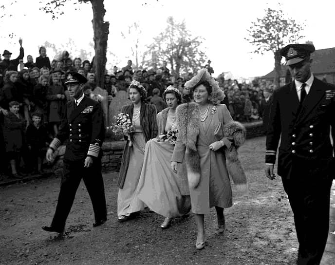 Со своим будущим супругом (на фото справа) Елизавета познакомилась еще в 1934 году. Считается, что они полюбили друг друга пять лет спустя, когда принцессе было всего 13, а ее избраннику, гардемарину королевского морского колледжа,— 18