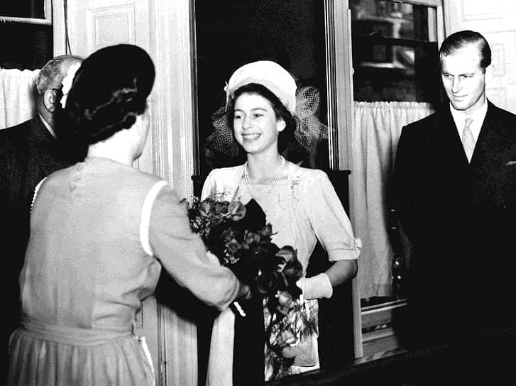 Королевская семья выбора Елизаветы не одобряла. Во-первых, Филипп Маунтбеттен происходил из обедневшей династии, во-вторых, он приходился ей четвероюродным братом