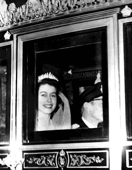 Голову Елизаветы венчала алмазная тиара, изготовленная для ее бабушки — королевы Марии — в 1919 году. Свадебное платье принцессы, созданное по эскизу дизайнера сэра Нормана Хартнелла, после церемонии было выставлено в Сент-Джеймском дворце, а затем побывало в Глазго, Ливерпуле, Бристоле, Манчестере и других городах Британии