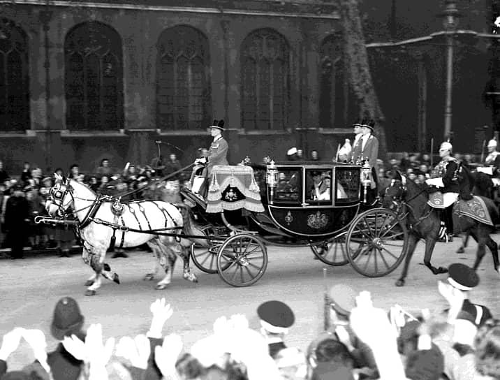 Свадьба стала большим событием для послевоенной Великобритании, вклад в нее внес чуть ли не каждый британец. Новобрачные получили 2,5 тыс. свадебных подарков со всего мира, а Уинстон Черчилль назвал церемонию «вспышкой цвета на общем сером пути»