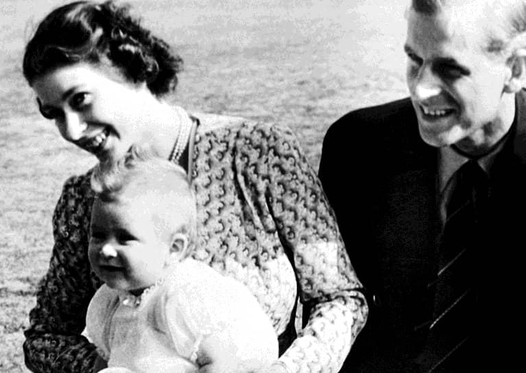 Через год после свадьбы, 14 ноября 1948 года, у Елизаветы и Филиппа родился первенец — принц Чарльз. А два года спустя на свет появилась принцесса Анна