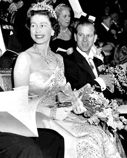 После свадьбы Филипп хотел, чтобы Елизавета взяла его фамилию, однако будущая королева отказалась. Супруги нашли компромисс лишь после рождения третьего ребенка, которого назвали Эндрю Маунтбеттен-Виндзор