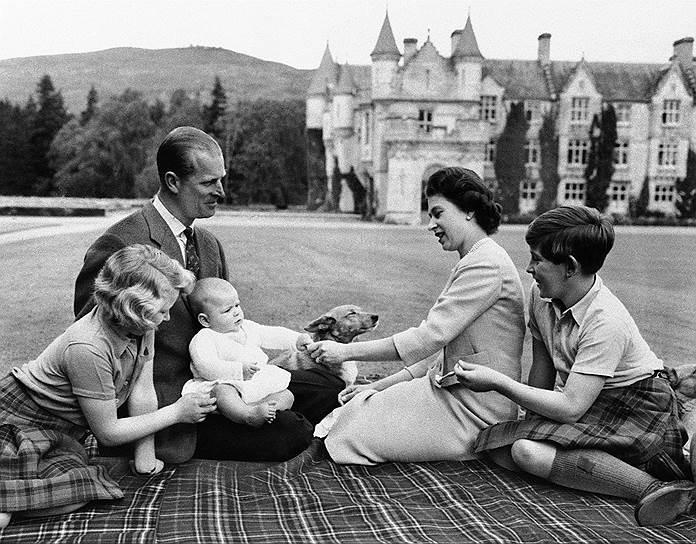 У королевской четы четверо детей: принц Чарльз (на фото справа), принцесса Анна (слева), принц Эндрю (на коленях Филиппа), а также принц Эдвард