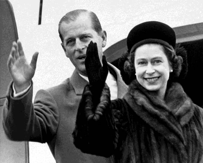 После коронации Елизаветы ее супруг остался принцем-консортом. Как неоднократно шутил сам Филипп, по английским законам его как будто и не существует, поскольку в Британии супруг царствующей королевы никогда не будет коронован