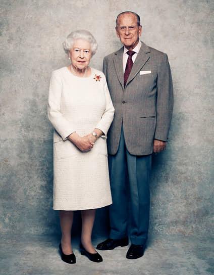 В честь 70-й годовщины Букингемский дворец опубликовал юбилейный портрет, на котором королева позирует в том же платье, что и на праздновании их бриллиантовойсвадьбы. На плече Елизаветы II приколота брошь «Скарабей», которую Филипп подарил ей в 1966 году