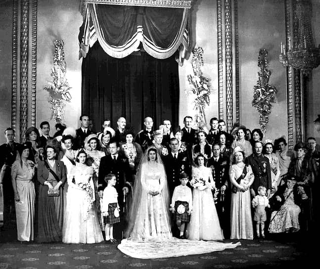 На свадебной церемонии в Вестминстерском аббатстве присутствовали около двух тысяч гостей. Те, кому не удалось попасть на церемонию в аббатство, слушали прямой радиорепортаж