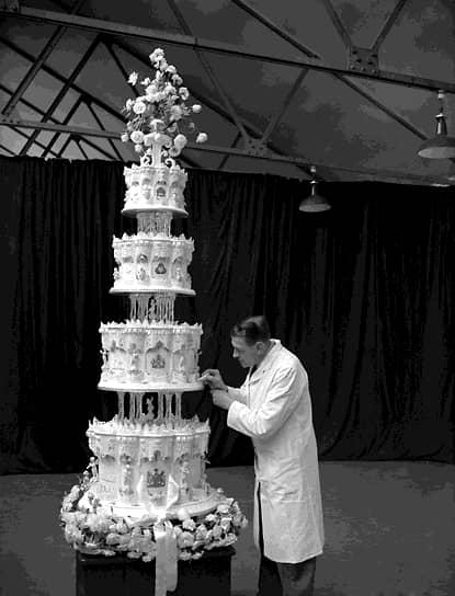 Высота свадебного пирога на свадьбе достигала 2,74 м, но из-за дефицита в послевоенной Британии продукты для него собирала вся империя. Австралийские девочки-скауты отправили в Лондон глазированные фрукты, сухофрукты и сахар. Из Канады доставили муку, Ямайка выслала ром, а Новая Зеландия — масло