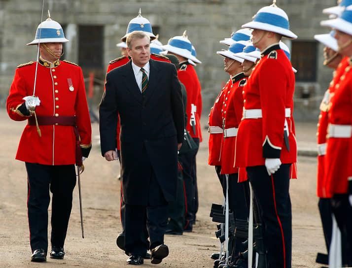 Принц Эндрю, герцог Йоркский, родился 19 февраля 1960 года. В 2005 году он оказался втянут в скандал, связанный с американским финансистом Джеффри Эпштейном, которого обвинили в сексуальной связи с несовершеннолетней. Также принца называли другом сына лидера Ливии Муаммара Каддафи. Королевская семья неоднократно отрицала все эти обвинения