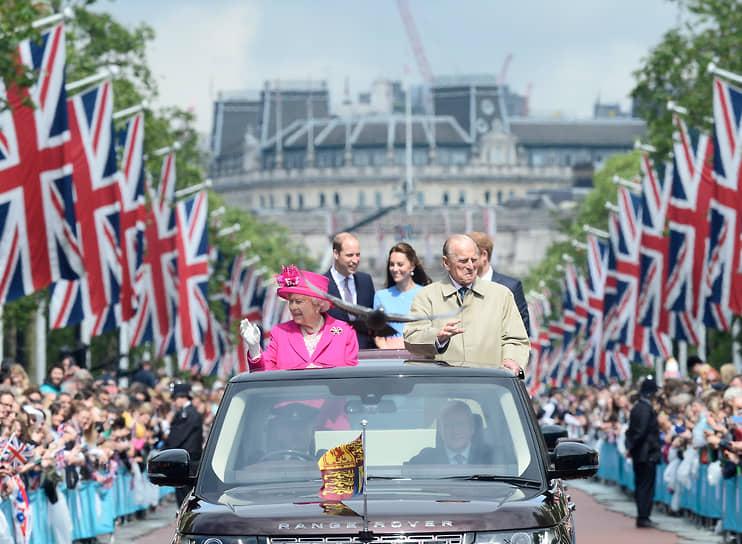 Королева носит обручальное кольцо фирмы Philip Antrobus Ltd. Бриллиант в три карата предоставил жених и лично контролировал дизайн кольца