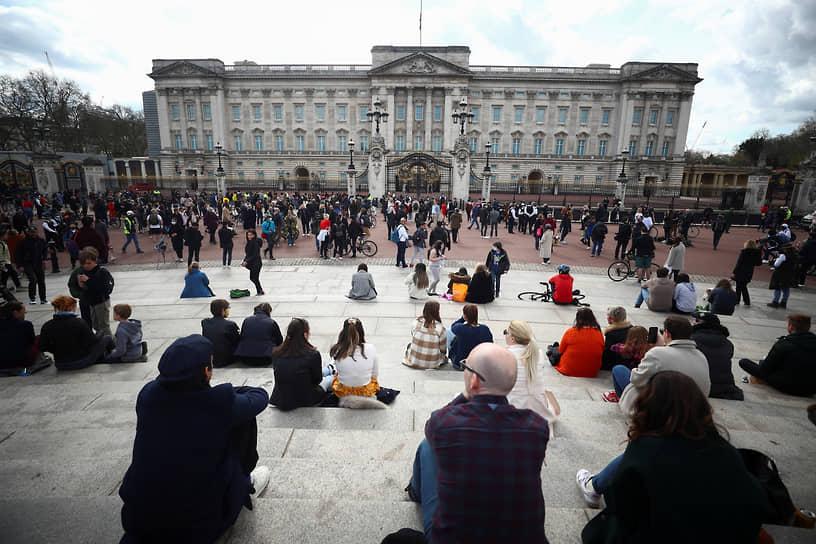 9 апреля 2021 года принц Филипп умер в возрасте 99 лет. В стране объявлен восьмидневный траур <br>На фото: скорбящие на площади перед Букингемским дворцом
