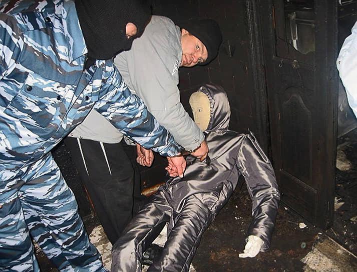 Спустя неделю по данному делу были арестованы члены ОПГ «Цапковские», во главе с бывшим депутатом районного совета от «Единой России» Сергеем Цапком (на фото), задержанным 15 ноября. В ходе следствия выяснилось, что бизнесмен Сергей Цапок на протяжении многих лет вымогал деньги у местных фермеров, а группу помогающих ему людей в станице прозвали «цапковские». Также было установлено, что ОПГ и ранее совершала убийства местных жителей