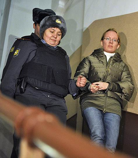 1 ноября 2012 года Хамовнический райсуд Москвы арестовал Екатерину Сметанову, возглавлявшую центр правовой поддержки «Эксперт» (агент ОАО «Оборонсервис» по продаже активов). В феврале 2012 года госпожа Сметанова попалась на мошенничестве, пытаясь продать по заниженной стоимости и без конкурса здание бывшего военторга в Самаре. Однако возбужденное в отношении нее уголовное дело было прекращено СКР из-за недостаточности доказательств совершения ею преступления -- во время переговоров с покупателем военторга госпожа Сметанова не озвучивала никаких сумм, а написанные на бумаге визитером цифры (откат 18 млн руб.), как свидетельствует справка врача, она увидеть не могла, так как страдает близорукостью