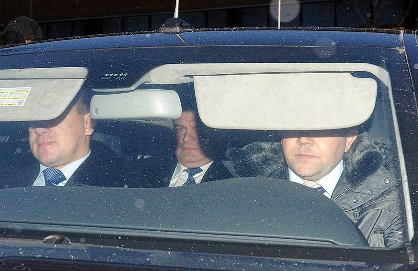 В январе 2013 года главное военное следственное управление (ГВСУ) СКР возбудило дело по факту злоупотребления полномочиями, допущенного «неустановленными должностными лицами Минобороны» при строительстве дороги протяженностью 6,7 км и мостов к базе отдыха «Житное», принадлежащей зятю экс-министра Анатолия Сердюкова Валерию Пузикову, в Астраханской области. Ущерб был оценен в 15,5 млн руб.