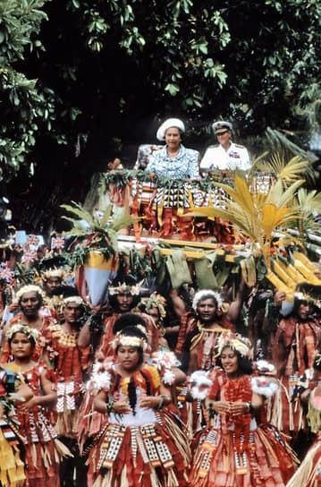 Королева Елизавета II и принц Филипп во время визита на Тувалу в октябре 1982 года