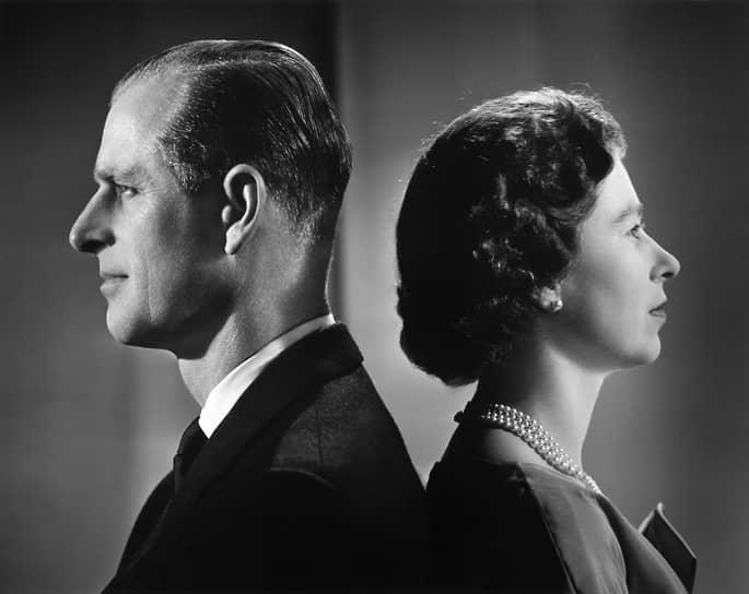 «Я, Филипп, герцог Эдинбургский, являюсь вашим верным вассалом и душой и телом, и деяниями и помыслами. И истинно и верно клянусь, что готов жить и умереть во имя вас. И да поможет мне бог» <br> Елизавета была провозглашена королевой Великобритании 6 февраля 1952 года, после смерти короля Георга VI. Принц Филипп стал первым, кто принес новой королеве клятву верности