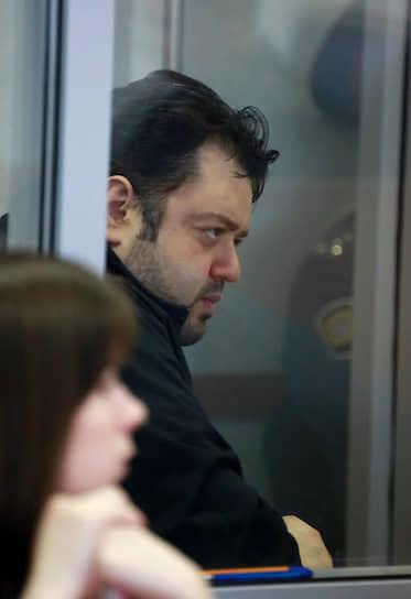 После пожара были задержаны владелец клуба Анатолий Зак (на фото) и исполнительный директор заведения Светлана Ефремова, суд заключил их под стражу по обвинению в нарушении правил пожарной безопасности. В мае 2010 года обоим заменили статью на более тяжкую (оказание услуг, не соответствующих требованиям безопасности, повлекшее по неосторожности смерть двух и более лиц, группой лиц по предварительному сговору)
