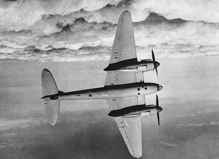 1940 год. Первый полет бомбардировщика de Havilland Mosquito — британского многоцелевого бомбардировщика, ночного истребителя времен Второй мировой войны, состоявшего на вооружении Королевских ВВС