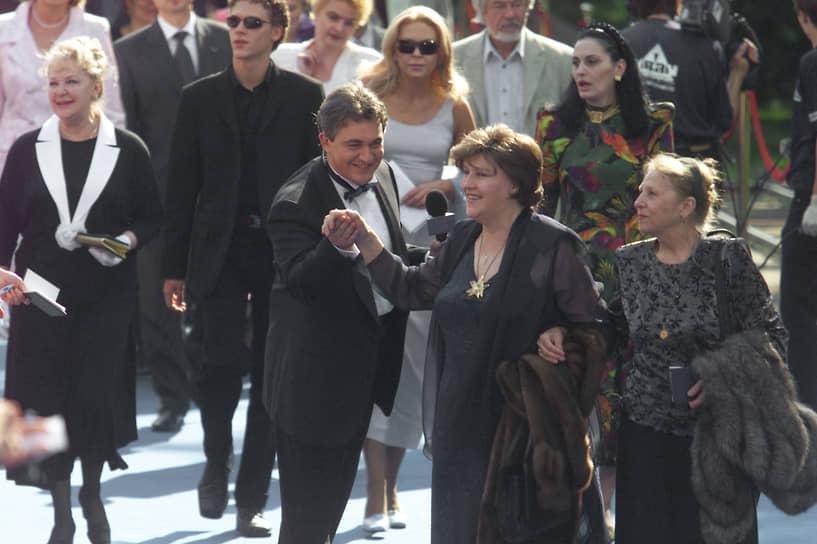 В 1991 году Нонна Мордюкова ушла из Театра-студии киноактера, на сцене которой играла более 40 лет, появлялась затем лишь на встречах со зрителями и кинофестивалях, писала книгу воспоминаний под названием «Не плачь, казачка»