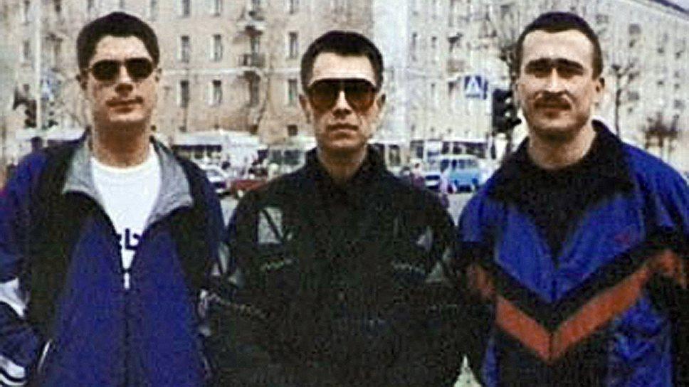 С 1993 года группировка занималась не только рэкетом, но и финансовыми пирамидами, а также махинациями с почтово-кредитными извещениями. Так, через пирамиду ПИКО «слоны» собрали со вкладчиков 17 млрд руб., а потом, в ноябре 1994 года, Алексей Сергеев по кличке Лёпа (слева) застрелил ее директора Сергея Княжеского. Тогда же в Тольятти восемь киллеров из Слоновской группировки совершили одно заказное убийство и ряд покушений. Весной 1995 года к ОПГ присоединился авторитет Сергей Филаретов по кличке Феликс (в центре). Он пытался внедрить в банде воровские законы