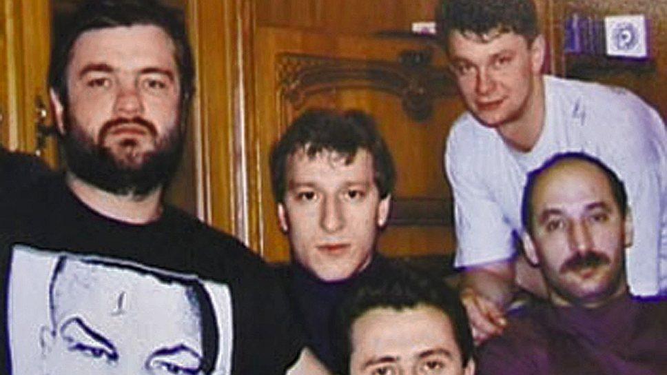 Летом 1995 года был убит директор рязанского мясокомбината Василий Панарин, который пытался перейти под «крышу» Слоновской ОПГ. Узнав об этом, некто Чекиров, чья банда контролировала мясокомбинат, расстрелял директора, рассчитывая занять его пост.  В ответ Сергей Филаретов (Феликс) 11 декабря 1995 года убил Чекирова и двух его подельников. Убийство Панарина привело к смене начальника Рязанского ГУВД, которым стал Иван Перов, начавший проводить активную работу в отношении Слоновской ОПГ. Тогда же Слоновские решили устранить своего последнего конкурента Виктора Айрапетова (на фото слева). Он был убит в ноябре 1995 года