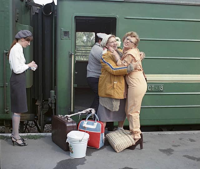 Неожиданным поворотом в творческой биографии Нонны Мордюковой стали роли в двух фильмах по сценариям Виктора Мережко: «Трясина» (1977) и «Родня» (1981, кадр на фото). После них актрису начали приглашать лишь на эпизодические роли: режиссеры надеялись, что она принесет что-то свое в фильм, где для нее не было подходящего сценарного материала