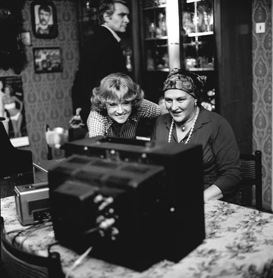 Известность Нонне Мордюковой принесли не только социальные драмы, но и комедийные роли — в «Женитьбе Бальзаминова» (1964), «Тридцати трех» (1965), «Бриллиантовой руке» (1968), «Вокзале для двоих» (1982, кадр на фото)