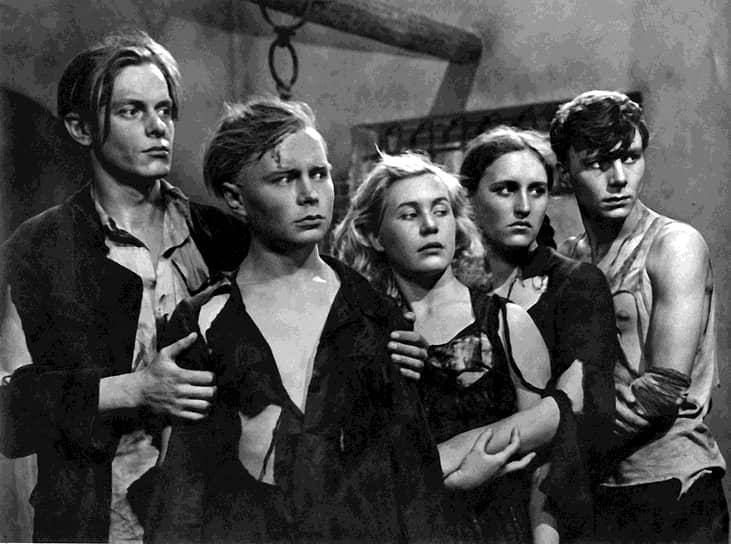 Свою первую роль в кино Нонна Мордюкова сыграла еще на втором курсе ВГИКа — в фильме Сергея Герасимова «Молодая гвардия» (кадр — на фото), который вышел в 1948 году. Нонна Мордюкова исполнила роль героини краснодонского подполья Ульяны Громовой (вторая справа)