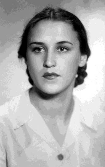 Нонна Мордюкова (полное имя Ноябрина) родилась 25 ноября 1925 года на Украине, в селе Константиновка Донецкой области. Детство будущей актрисы прошло на Кубани, где ее мать работала председателем колхоза. Сниматься в кино Нонна Мордюкова мечтала с детства, однако поступить на актерский факультет ВГИКа смогла лишь после окончания войны в 1945 году