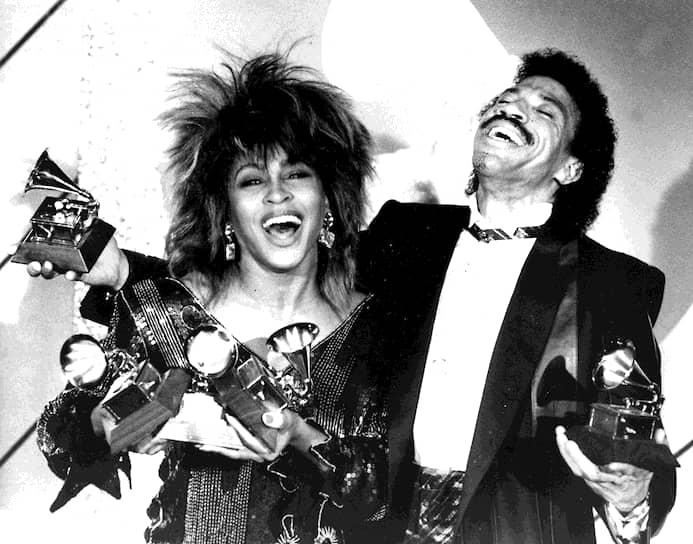 Несмотря на отсутствие громкого успеха после выхода первой пластинки, впоследствии карьера певицы начала набирать обороты. На 27-й церемонии награждения «Грэмми» в 1985 году Тернер получила три статуэтки. Всего же у певицы 12 наград <br>На фото: Тина Тернер и Лайонел Ричи, 1985 год