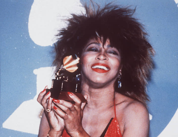 «В жизни это встречается довольно редко. Меня сделал счастливой мой успех. Я не очень-то верю, что меня мог бы осчастливить какой-нибудь мужчина» <br>На фото: Тина Тернер на премии «Грэмми» 1985 года со статуэткой, полученной за песню Better be Good to me