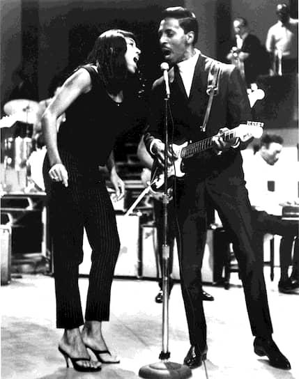 Тина Тернер (настоящее имя — Анна Мэй Буллок) родилась 26 ноября 1939 года в городе Натбуш в штате Теннесси. После развода родителей ее воспитывала в основном бабушка, а в 16 лет будущая певица вместе с матерью и сестрой переехала в Сент-Луис. Там она познакомилась со своим будущим мужем Айком Тернером (на фото), лидером группы The Kings of Rhythm