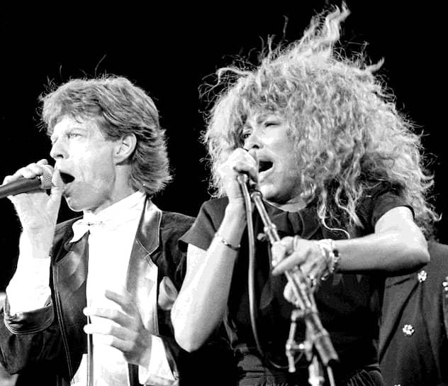 В 1984 году у Тины Тернер вышла песня What's Love Got to Do With It, ставшая хитом. Через несколько месяцев она презентовала альбом Private Dancer, до сих пор считающийся самым успешным альбомом певицы. <br>На фото: с солистом группы The Rolling Stones Миком Джаггером, 1989 год
