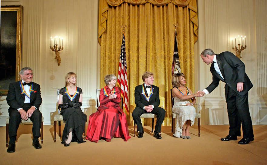 В 2005 году Тина Тернер получила государственную награду от Kennedy Center Honors в Вашингтоне вместе с другими артистами, вручаемую лично президентом США. Многие артисты и общественные деятели выступали в честь Тернер в тот вечер, включая Опру Уинфри, Мелиссу Этеридж, Куин Латифу, Бейонсе. Уинфри тогда сказала: «Нам не нужен другой герой. Нам нужно больше таких героинь, как вы, Тина»<br> На фото слева направо: Тони Беннетт, Сьюзен Фаррелл, Джули Харрис, Роберт Редфорд, Тина Тернер и президент США Джордж Буш-младший