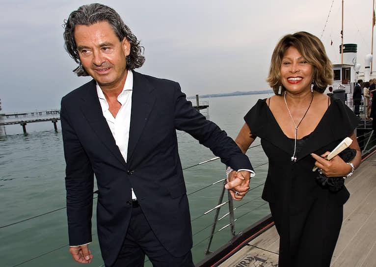В 1985 году артистка познакомилась со своим новым продюсером и будущим мужем Эрвином Бахом (на фото). Пара поженилась в 2013 году, после 27 лет совместной жизни. Для этого певица отказалась от американского паспорта в пользу гражданства Швейцарии, где они вместе с Бахом живут с середины 1990-х