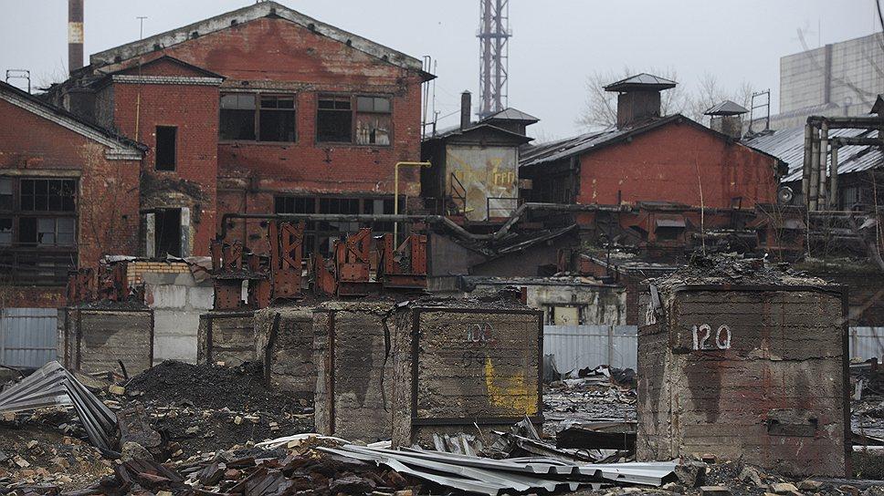 Рядом со зданием заводоуправления — пустырь. Когда-то здесь располагался первый мартеновский цех, построенный еще в 1890 году. В 1967 году в этом цехе была выпущена 100-миллионная тонна стали, а в 1976-м в связи с переходом на выплавку в электропечах он был закрыт
