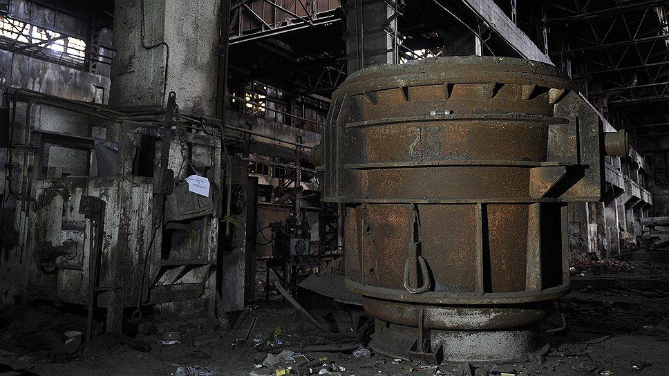 В этом ковше при температуре 1200 градусов Цельсия на газу плавилась сталь без остановок на выходные и праздники. В ЭФЛЦ в четыре смены трудилось около 1,3 тыс. человек