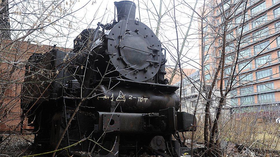 «Серп и Молот» связан путями с курским направлением железной дороги: когда-то по территории завода курсировало до семи тепловозов, перевозивших грузы