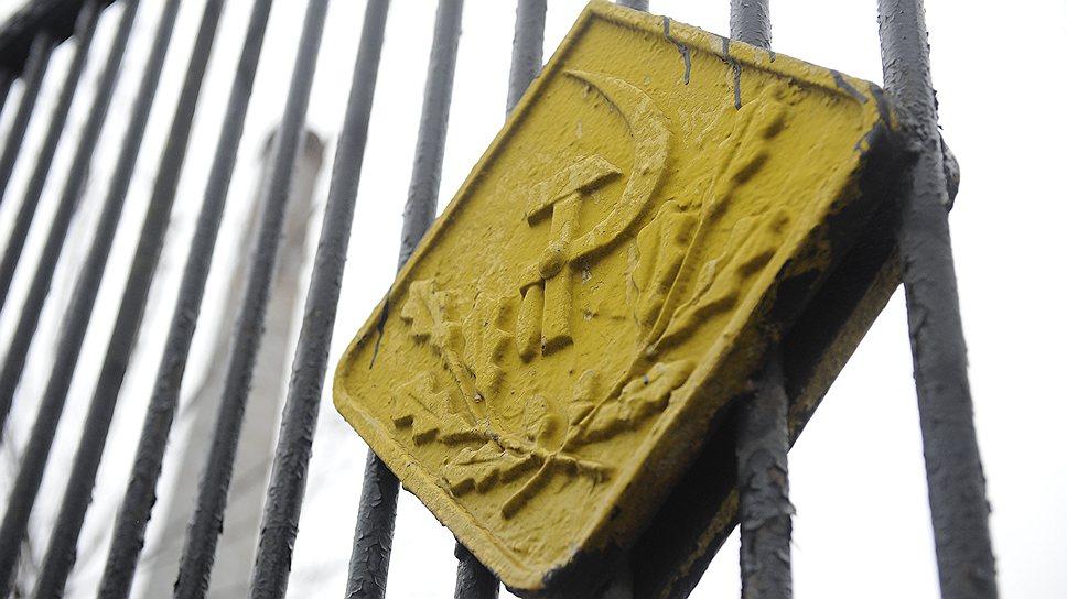 """Завод был основан французским предпринимателем Юлием Гужоном в 1883 году. В 1918 году он был национализирован, в 1922-м переименован в «Московский металлургический завод """"Серп и Молот""""». В советские годы «Серп и Молот» превратился в одно из самых значимых производств высоколегированной стали в Центральной России. Постепенное закрытие предприятия началось в 1990-х годах, окончательно завод встал в апреле 2011 года"""