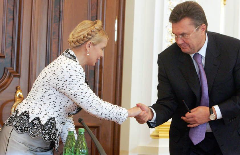 В январе 2010 года Юлия Тимошенко впервые выдвинулась на пост президента Украины, получив во втором туре 45,5% голосов избирателей — на 3,5% меньше победившего Виктора Януковича (на фото)