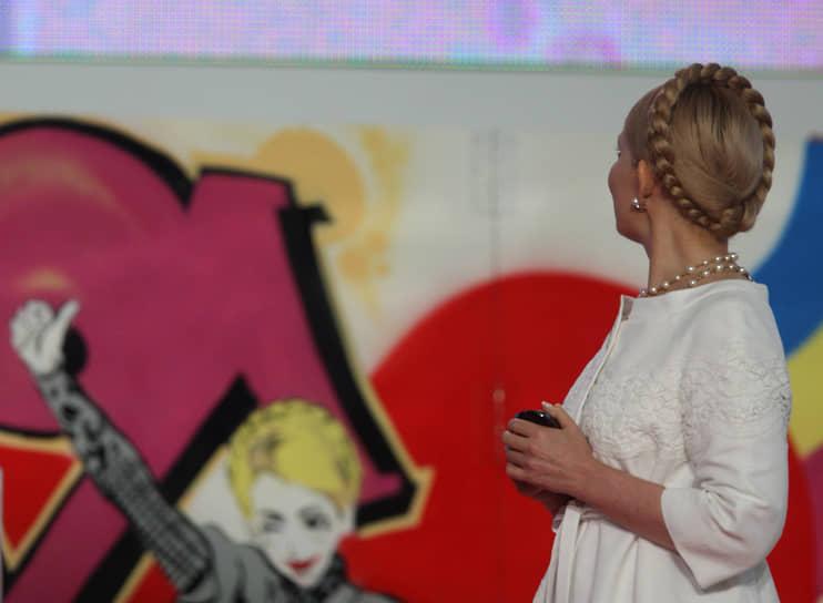 Итальянская газета La Stampa о назначении Тимошенко премьером во второй раз в 2007 году: «Золотая коса вокруг головы, белое платье, цвет чистоты, который она выбрала для своего последнего политического сражения, сладкая улыбка на губах, покрытых розовой помадой, и неудержимая радость в глазах, как у девушки на первом балу: Юлия Тимошенко не скрывала своего ликования в связи с возвращением в кресло премьер-министра Украины»