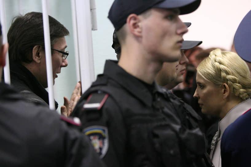После ареста здоровье Юлии Тимошенко стало ухудшаться, ей поставили диагноз «межпозвоночная грыжа». Сообщалось, что заключенная не может ходить. Освобождение бывшего премьера стало одним из ключевых условий Евросоюза при разработке договора о евроинтергации с Украиной