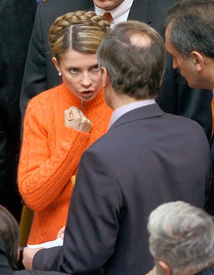 Однако уже 8 сентября 2005 года Виктор Ющенко подписал указ о прекращении полномочий премьера Юлии Тимошенко и отставке кабинета министров. Президент объяснил свой шаг так: «Я решил разрубить этот гордиев узел, как ни тяжело мне это делать. Страна девальвирует на глазах. Мои друзья были наделены большими полномочиями, но они не оправдали доверия». Причиной отставки Тимошенко и ее правительства стал коррупционный скандал, который затронул также близкое окружение президента