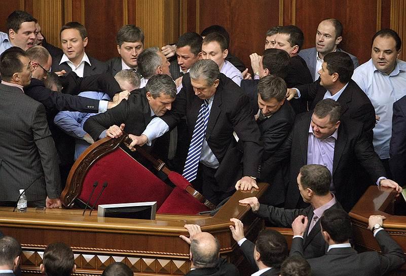 16 декабря 2010 года произошла драка между депутатами оппозиционной фракции «БЮТ-Батькивщина» и депутатами правящей Партии регионов. Конфликт вспыхнул после того, как оппозиция целый день блокировала работу парламента, протестуя против возбуждения уголовного дела в отношении лидера «Батькивщины», экс-премьера Юлии Тимошенко