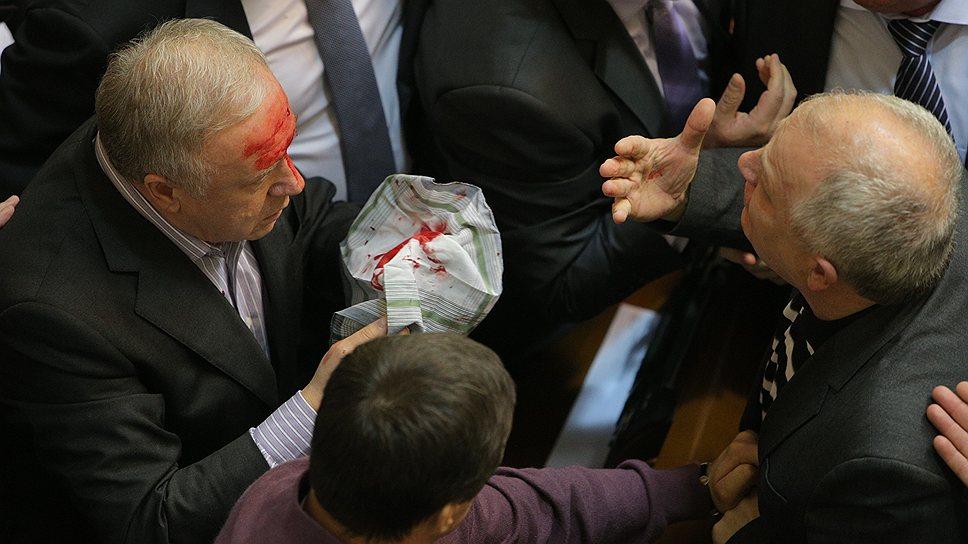 16 января 2014 года в Верховной Раде Украины произошла потасовка между оппозиционерами и депутатами от Партии регионов, в результате чего один из депутатов пострадал
