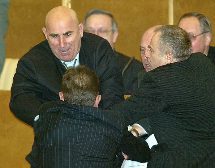 7 февраля 2003 года депутат Госдумы от КПРФ Василий Шандыбин напал на депутата от «Единства» Александра Федулова, после того как последний назвал Геннадия Зюганова «политической проституткой»
