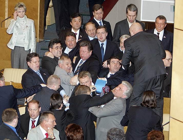 2 апреля 2005 года подрались депутаты от ЛДПР и партии «Родина». Это произошло после попытки либерал-демократов покинуть зал заседаний Госдумы в знак протеста против снятия партии с местных выборов в Ямало-Ненецком автономном округе