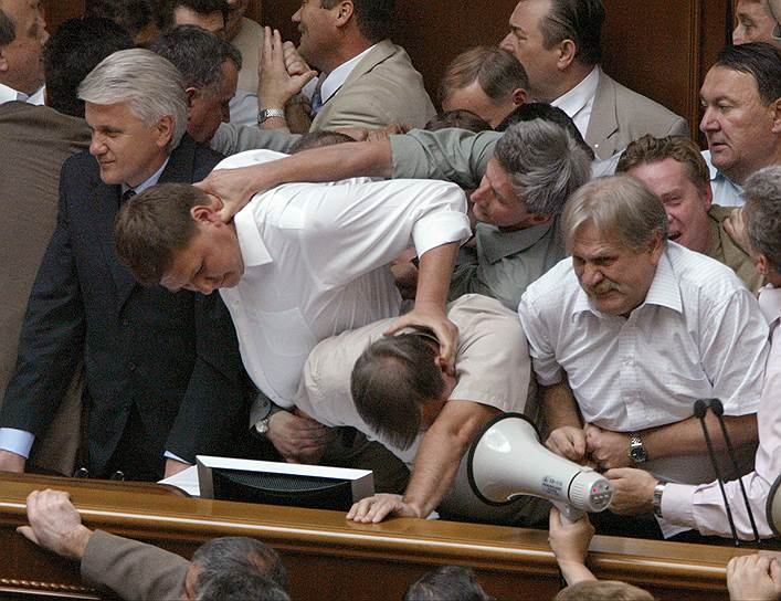 7 июля 2005 года подрались депутаты Верховной рады Украины. Драка произошла между депутатами проправительственных фракций и оппозиции во время обсуждения вопроса об условиях вступления Украины в ВТО